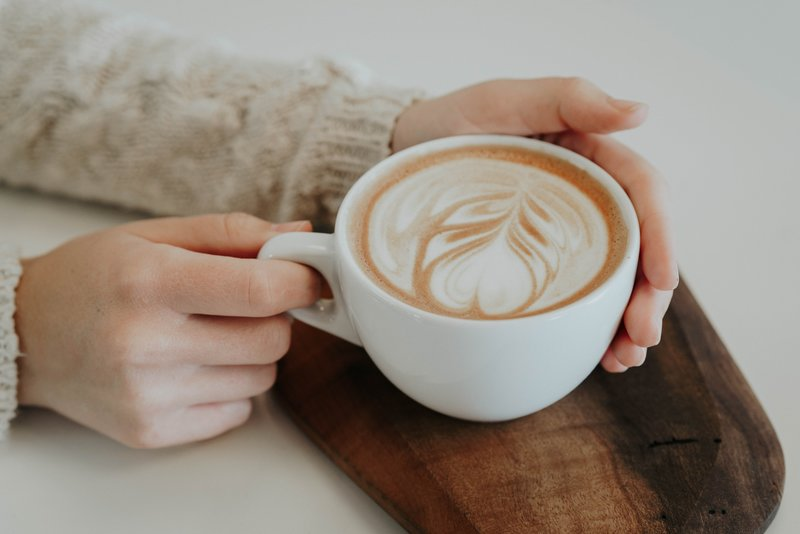 Eine Frau trinkt einen Cappucino