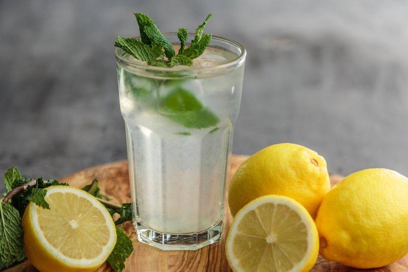 Bebida depurativa: agua caliente con limón