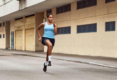 donna corre sfruttando le zone di frequenza cardiaca