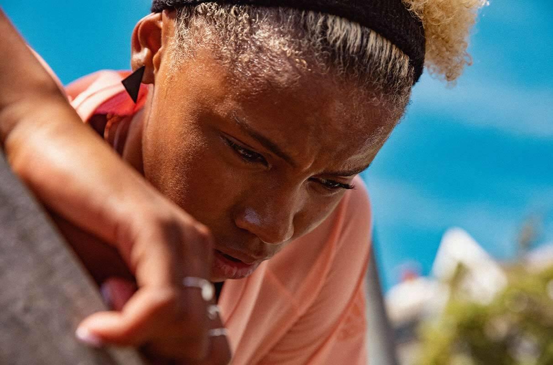 Mujer haciendo una pausa en su sesión de running para combatir el estrés