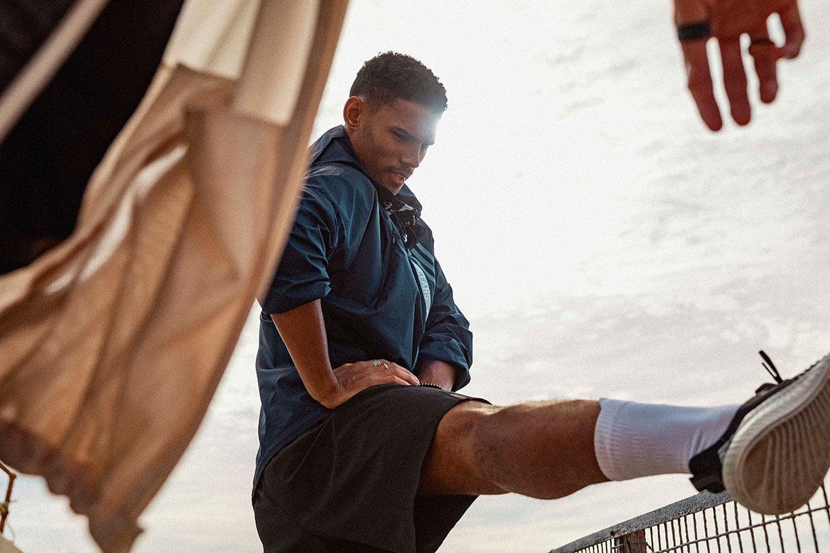 Atleta se alongando para treinar, buscando evitar os sintomas do overtraining