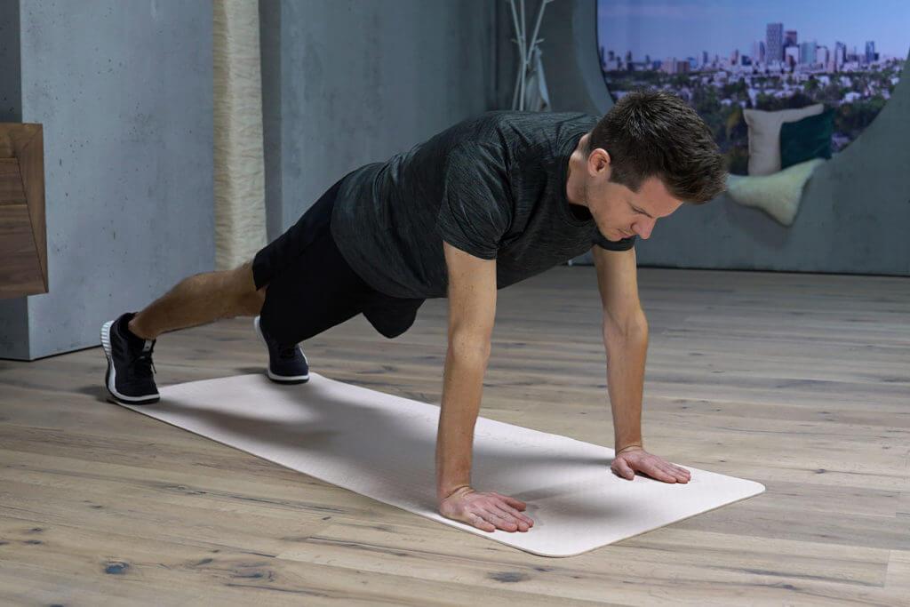 Hombre haciendo variaciones de flexiones o push-ups