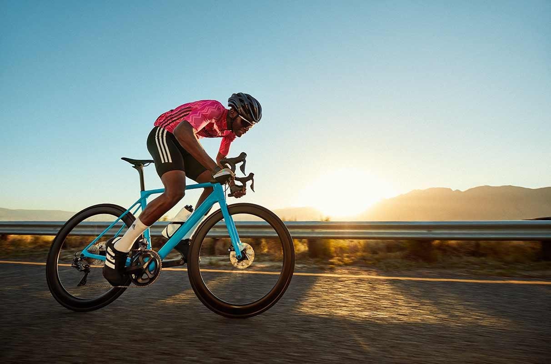 Un triathlète à vélo