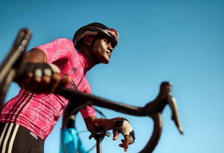 Un triathlète avec son vélo