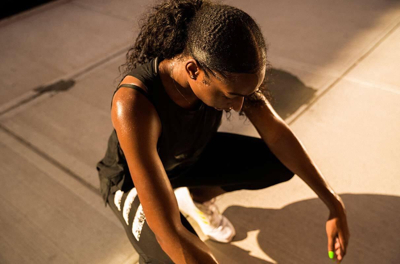 Afroamerikanische Frau macht eine Pause nach dem Lauf