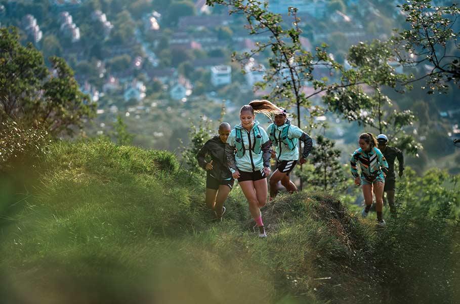 corsa su un sentiero in montagna
