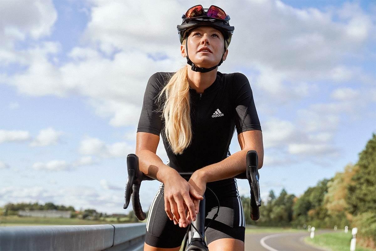 Mujer haciendo una pausa en su entrenamiento base de ciclismo