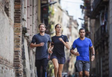 Eine Frau und 2 Männer laufen in der Stadt