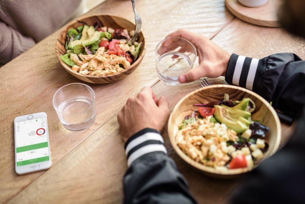 Due persone pranzano con un'insalata