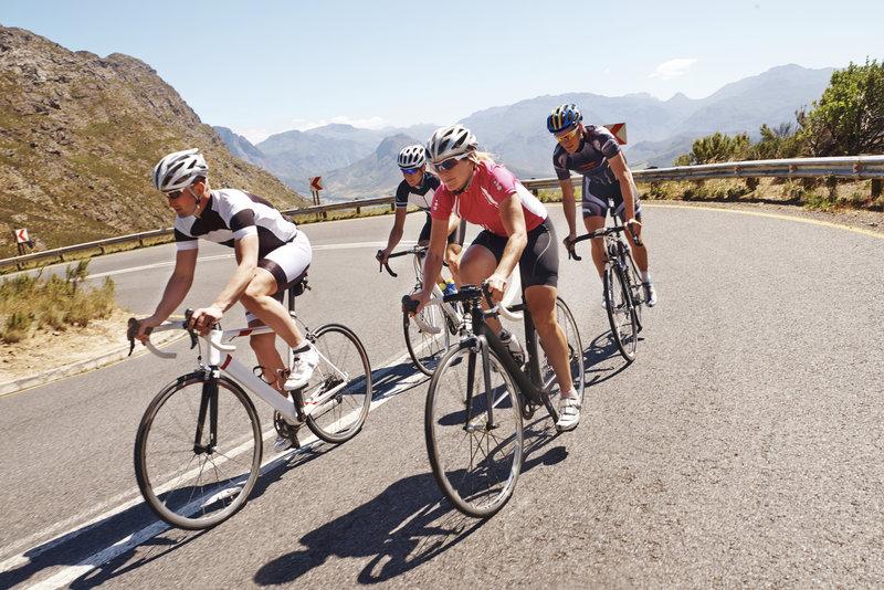 Eine Gruppe Radfahrer fährt den Berg hinab