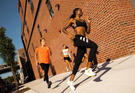 un groupe de coureurs s'entraîne pour leur prochain run