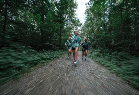 Un groupe de runners dans la forêt