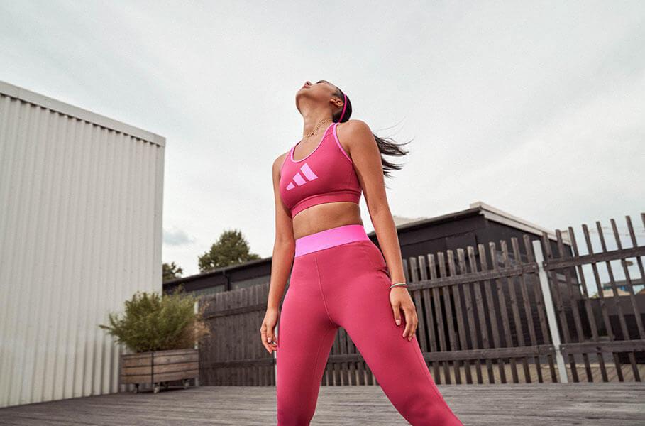 Mulher treinando ao ar livre para aumentar a imunidade e contornar os efeitos das alergias respiratórias