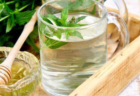 Copo contendo chá de hortelã para melhorar a digestão