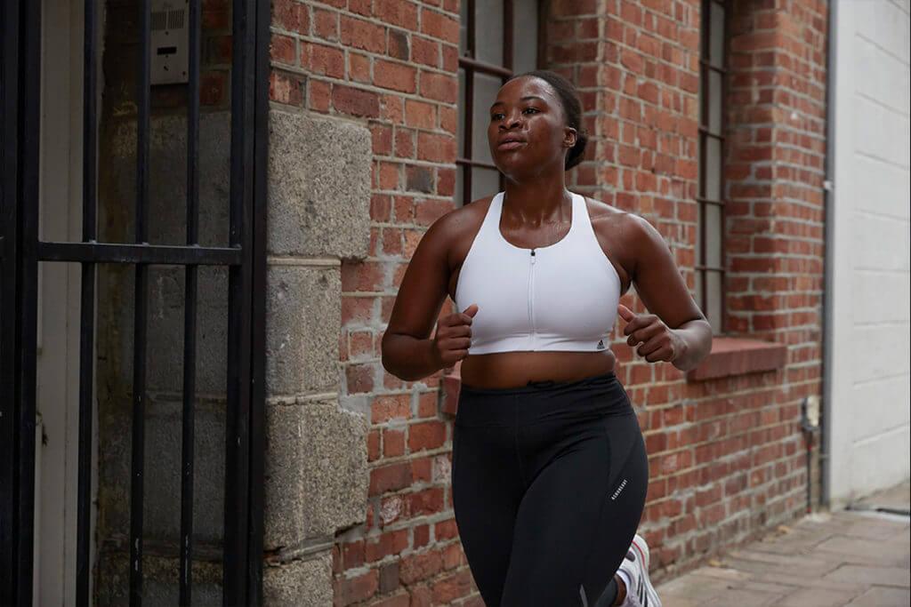 Empezar a correr: una mujer joven haciendo running por la ciudad