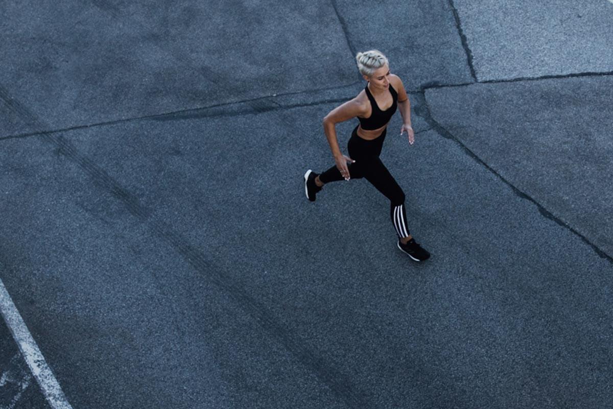 Une jeune femme court en ville
