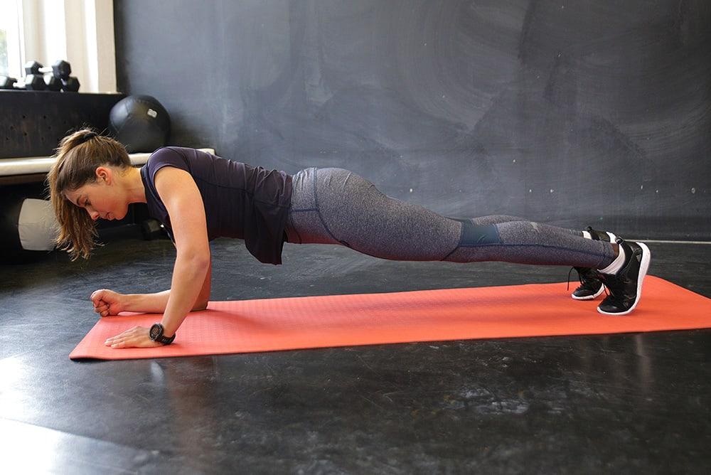Frau macht Schulterstabilitätsübung im Fitnessstudio