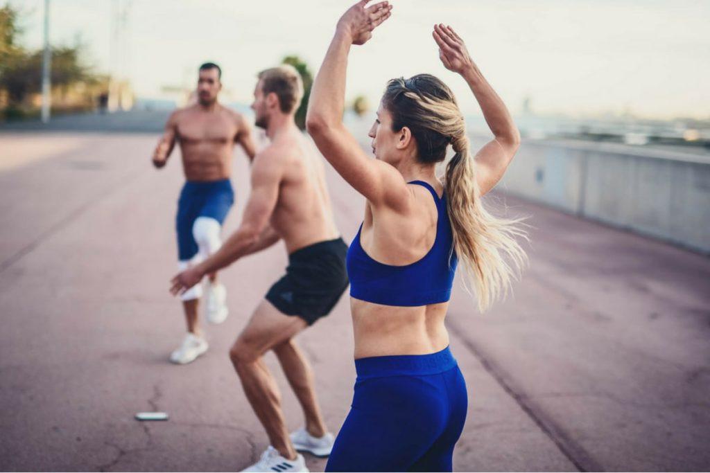 Junge Leute trainieren draußen