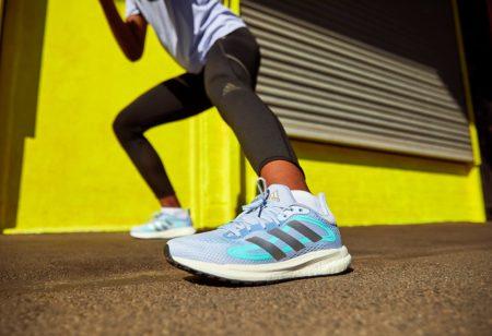 Un runner s'échauffe et s'étire
