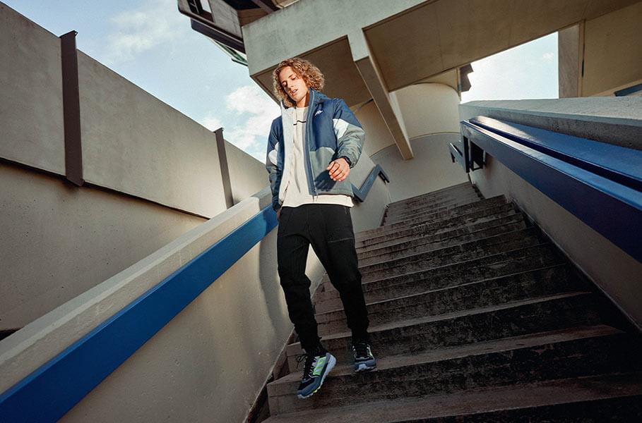 una persona scende le scale