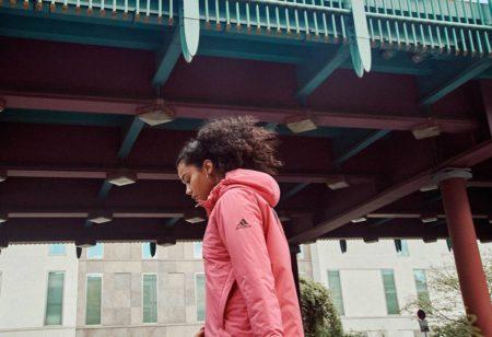 una donna cammina all'aperto per fare 10000 passi al giorno