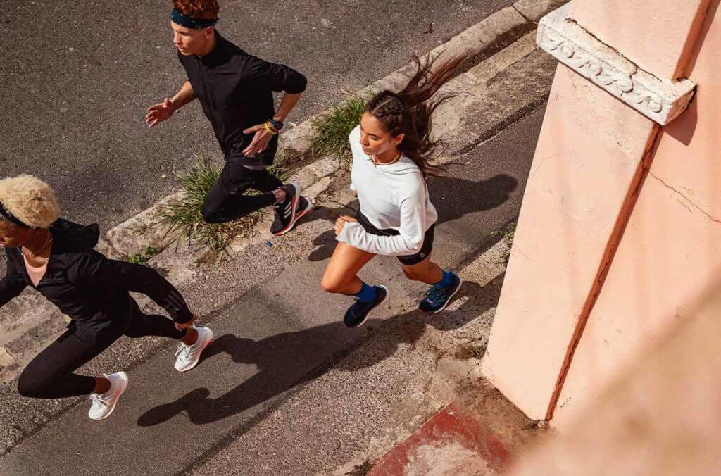 un groupe de runners s'entraîne efficacement afin éviter les blessures