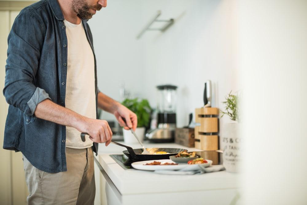 Un homme prépare un dîner sain