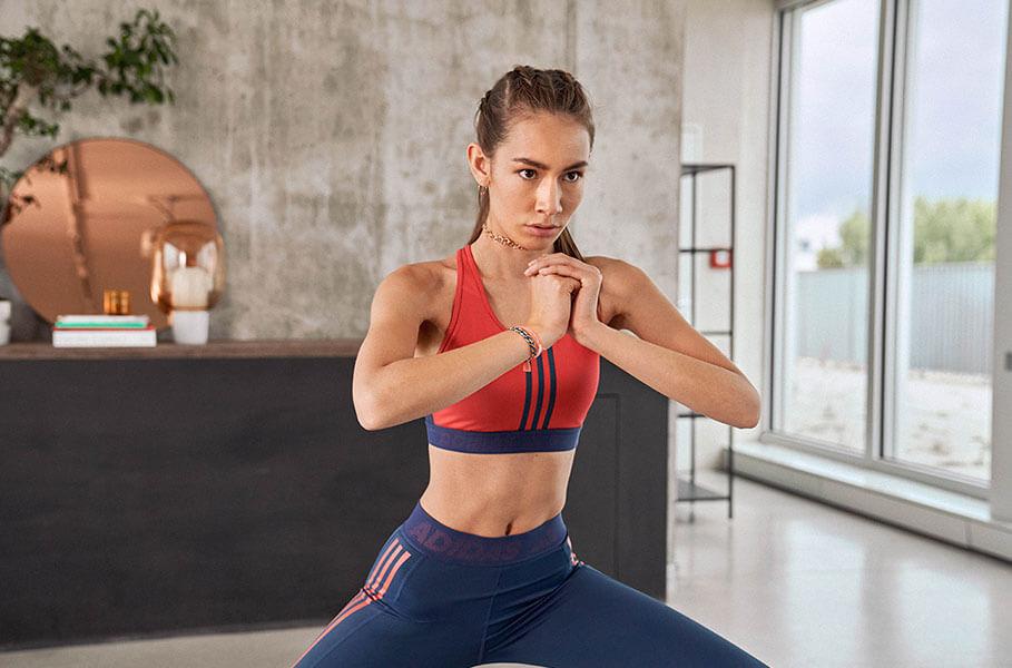 Eine Frau in Yogapose zu Hause