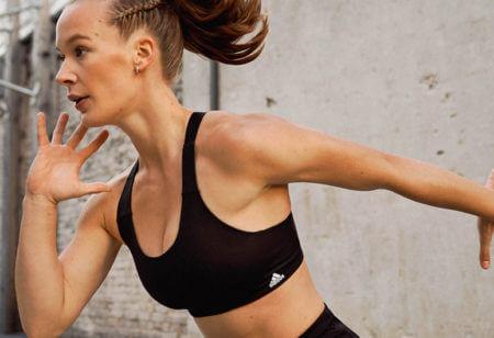 Une jeune femme fait des exercices au poids du corps
