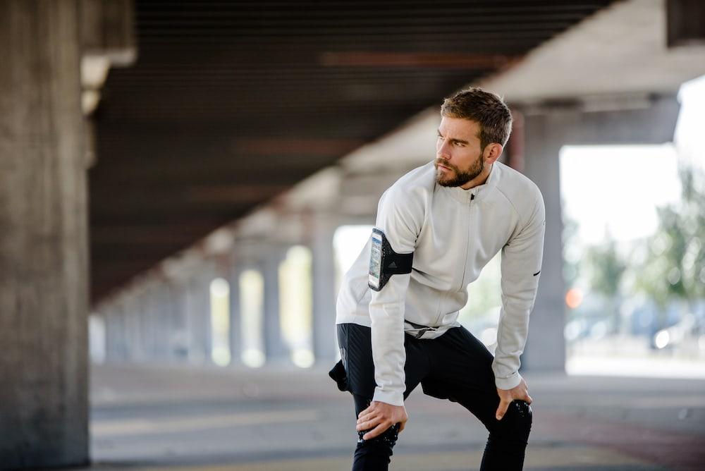 Un homme prêt à courir