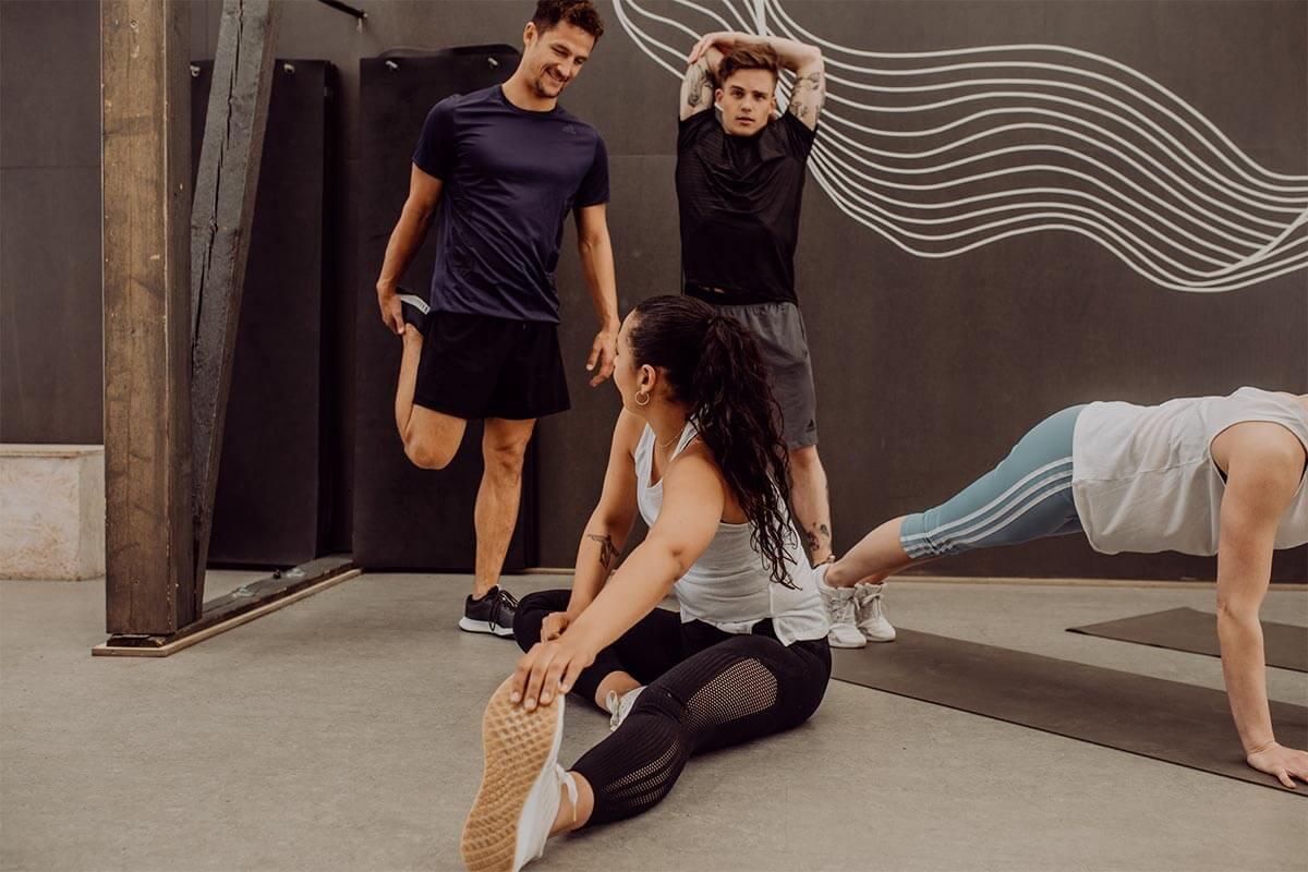 Gruppo che fa stretching