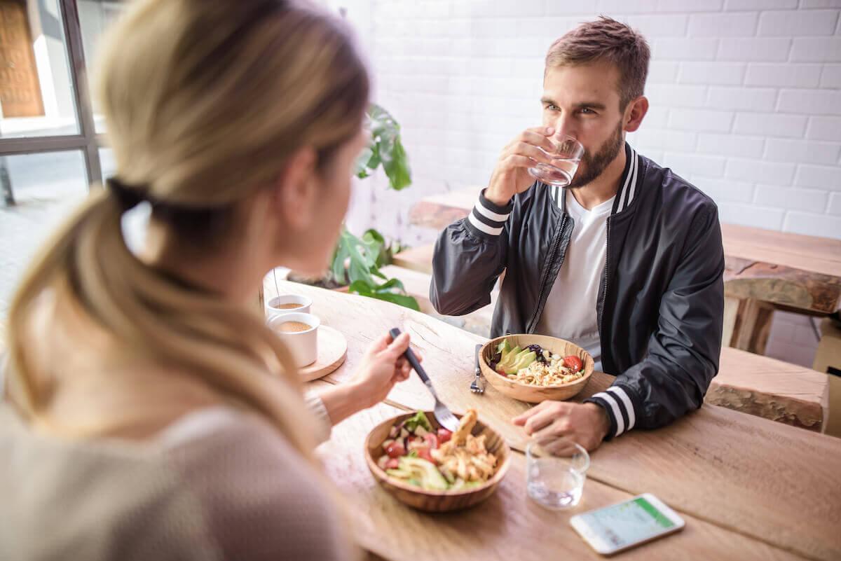 Duas pessoas almoçando uma salada