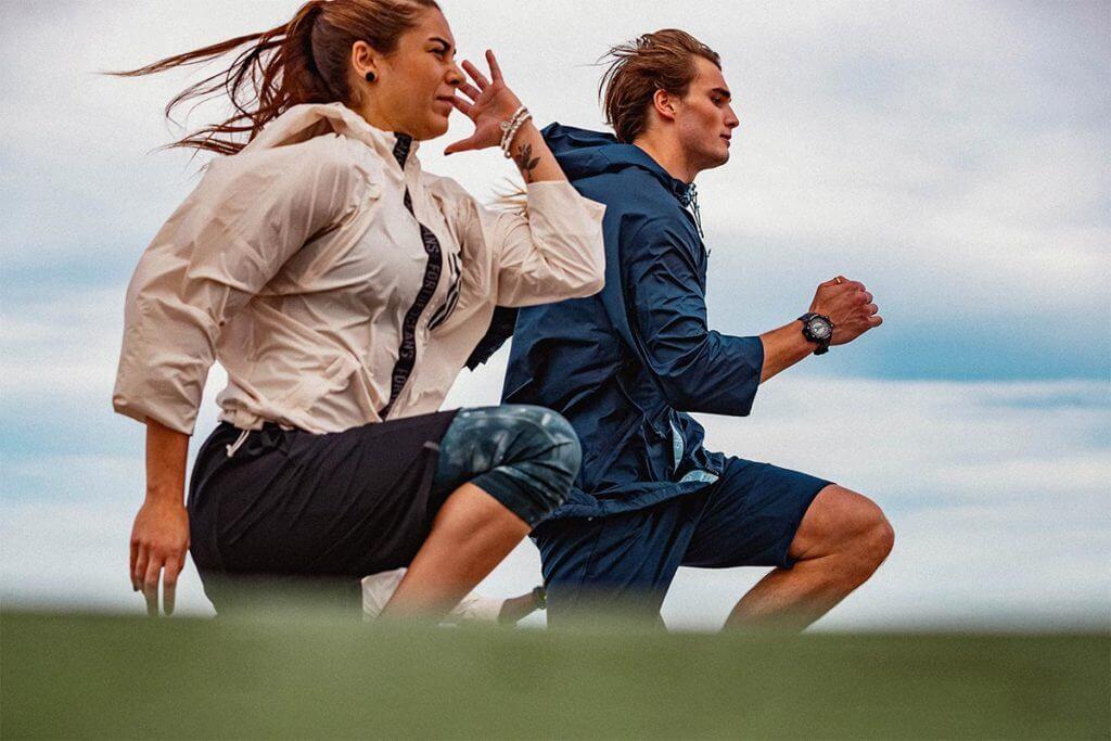 Homem e mulher correndo na rua para se prepararem para uma maratona com o app adidas Running premium