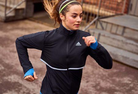 Une jeune femme s'entraîne par intervalles