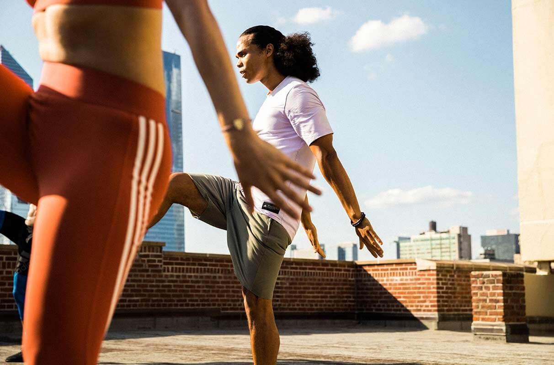 Ein Mann und eine Frau machen ein Bodyweight-Training