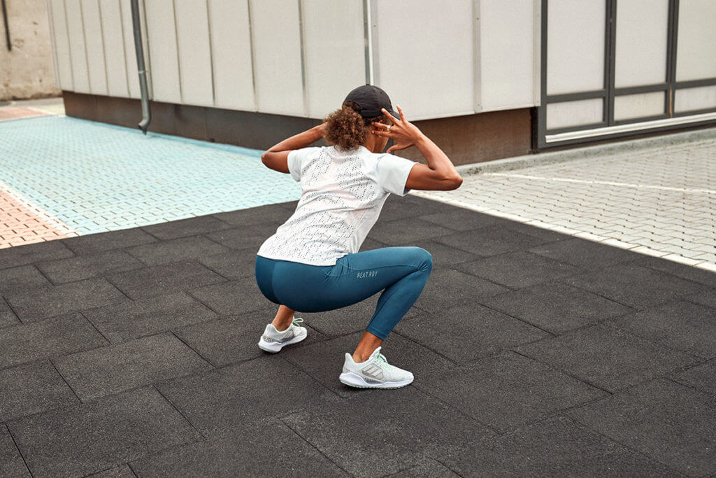 una donna fa allenamento delle gambe a corpo libero