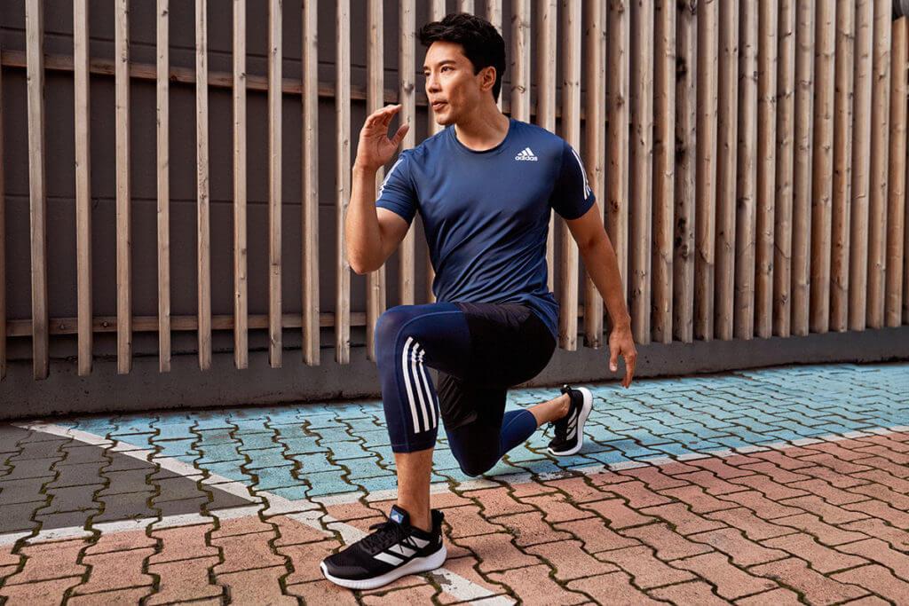 un uomo fa allenamento per le gambe a corpo libero