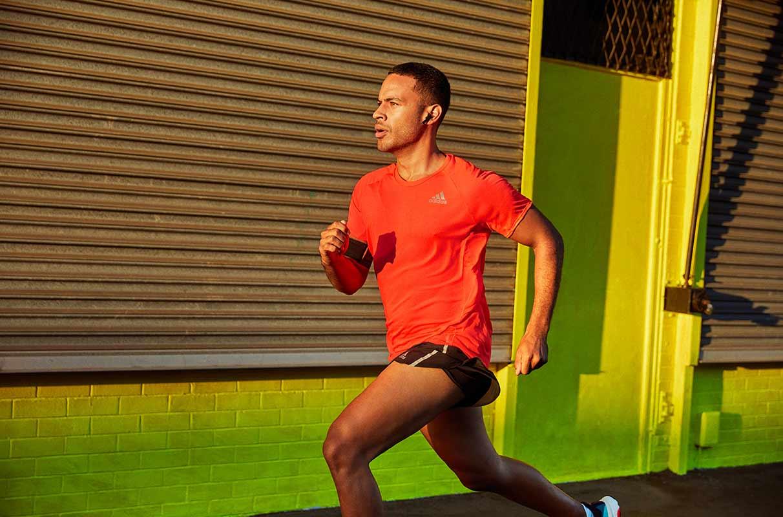 runner corre all'aperto