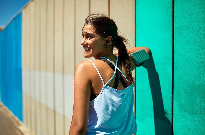 donna fa allenamento al sole