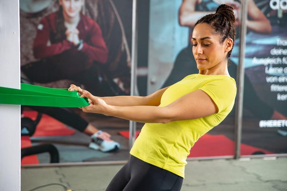 Une femme qui s'entraîne avec une bande élastique