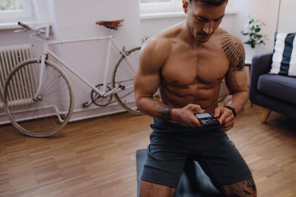 Un homme s'entraîne avec son smartphone