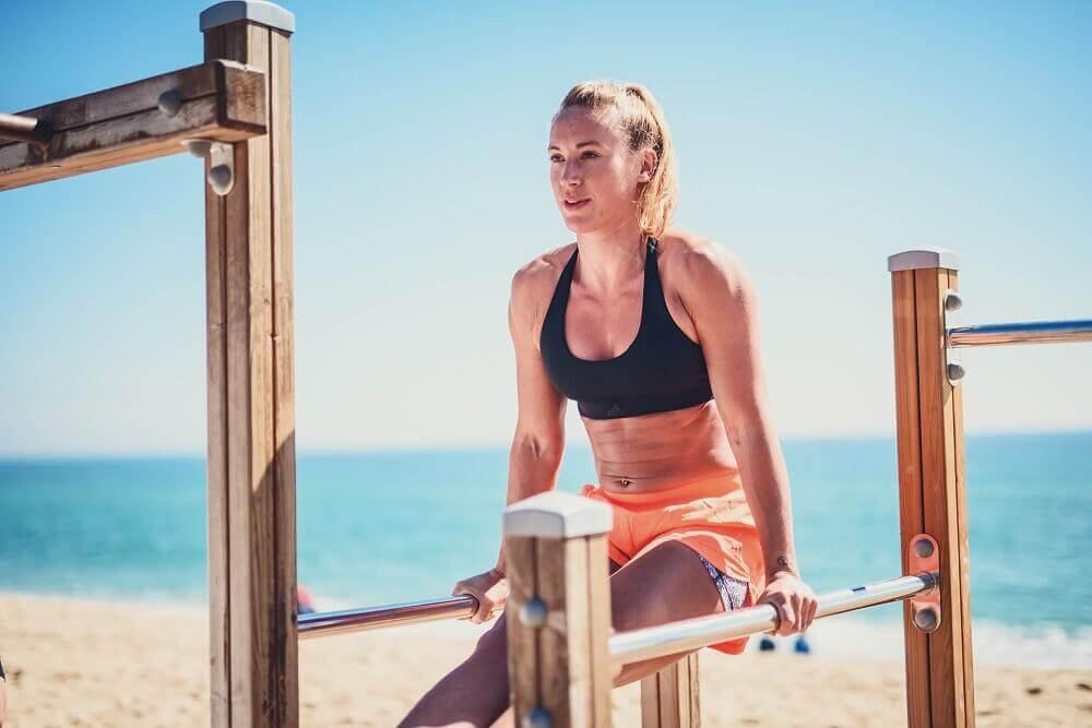 Une femme fait du sport sur la plage