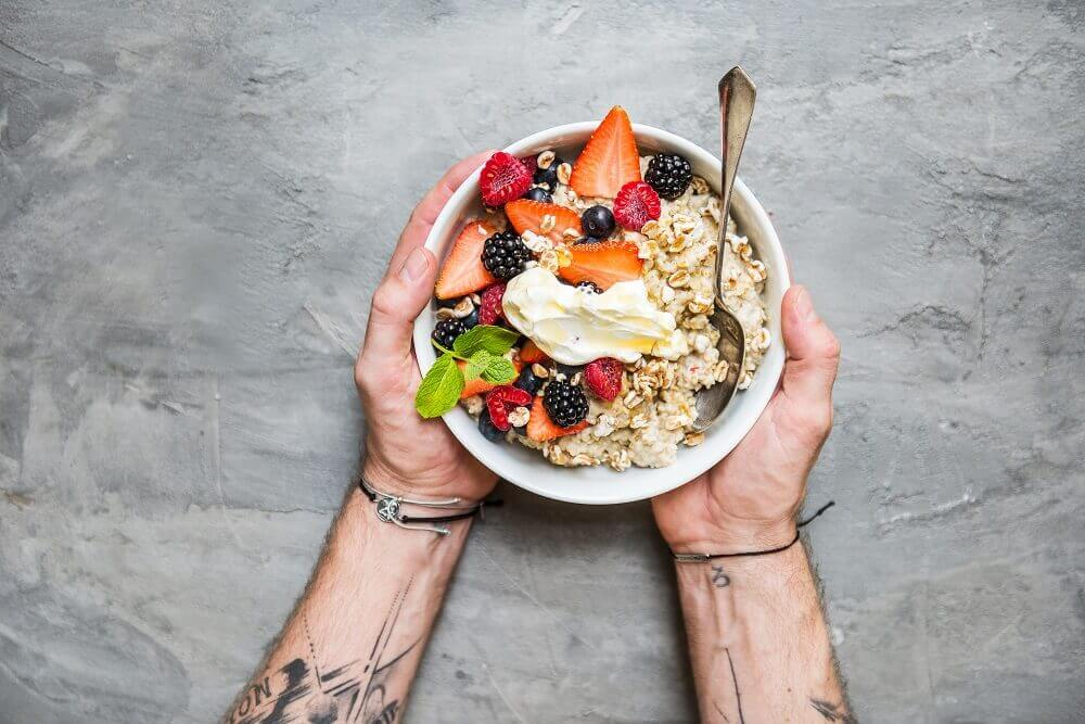 un bol de porridge végétalien