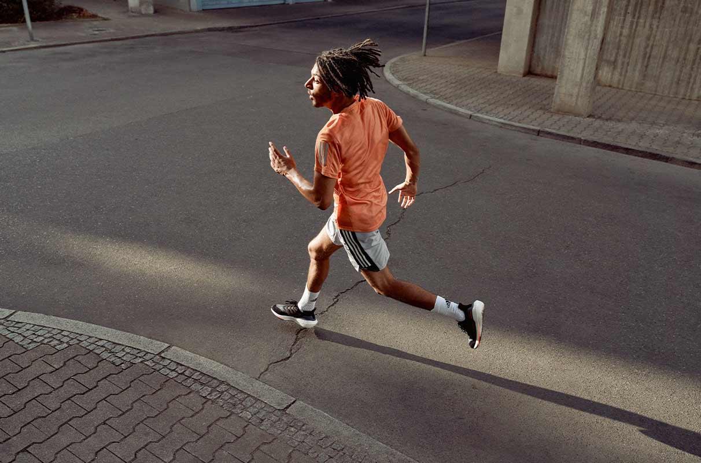 hombre corriendo al aire libre