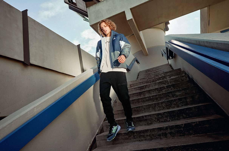 hombre bajando por las escaleras