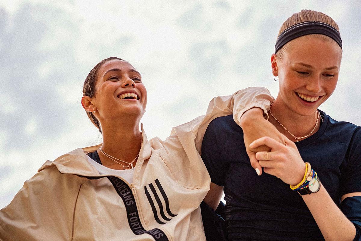 due donne si supportano a vicenda durante un allenamento