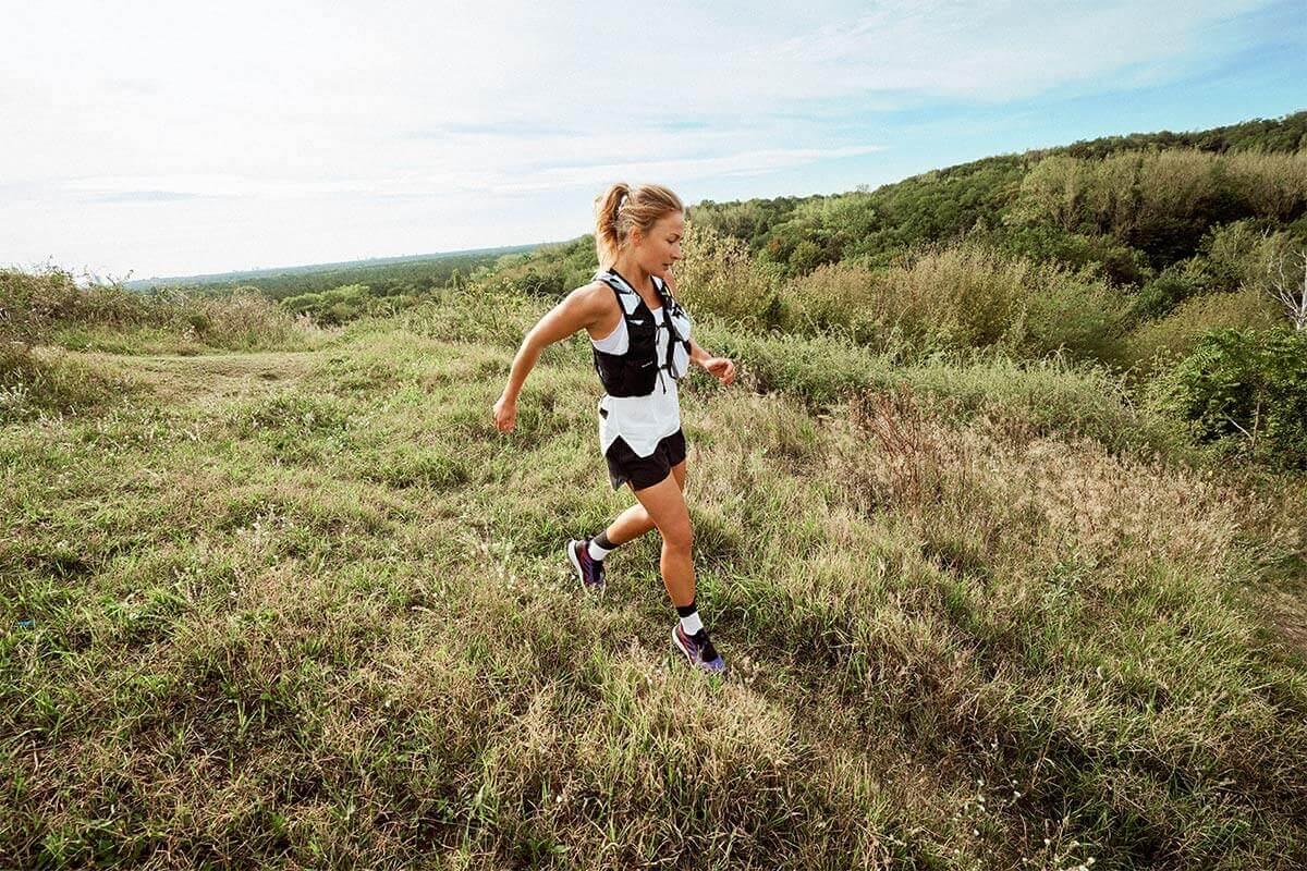 Una donna fa trail running sull'erba