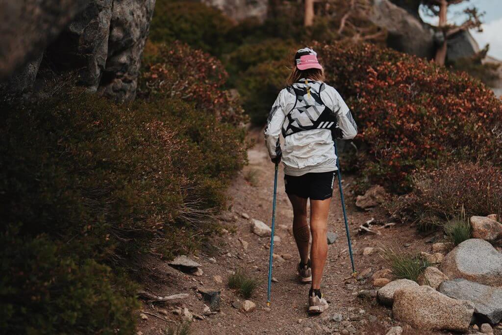 corsa su un sentiero di montagna con racchette
