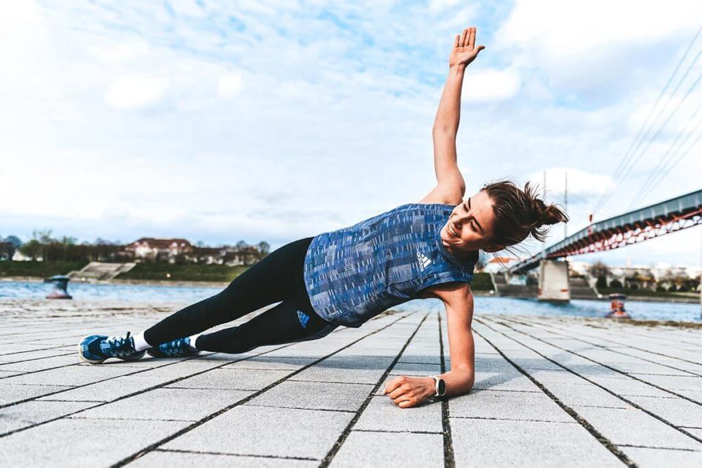 runner fa esercizi di potenziamento muscolare per la corsa