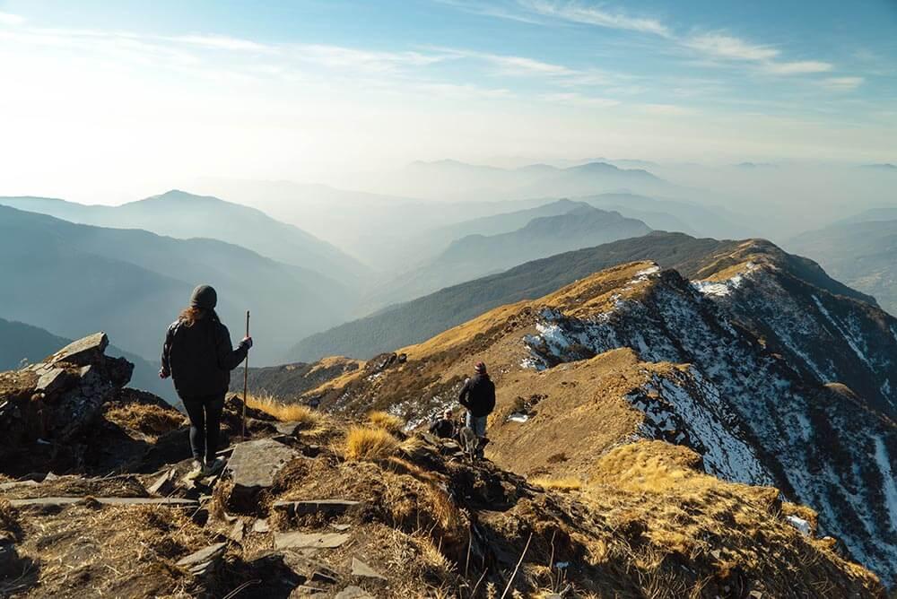 Dos personas haciendo senderismo por la montaña